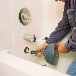 Τεχνικός της ΑΠΟΦΡΑΞΕΙΣ ΑΡΓΥΡΟΥΠΟΛΗ κάνει απόφραξη με ηλεκτροκίνητο σε μπανιέρα